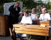 Direktorin Inge Mertens-Billmann und Schülervertreter Susanne Weber sowie Martin Gent drücken die Schulbank
