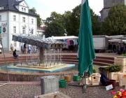 Der Papierschöpfer-Brunnen vor dem Rathaus