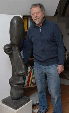 Ignatius in seinem Wohnzimmer. Auch hier sind seine Skulpturen zu bewundern.
