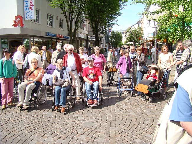 Harte Realität: Mit dem Rollstuhl durch die Fußgängerzone