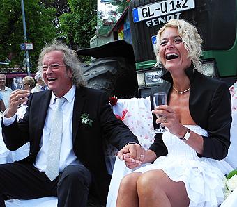 Drei Standesbeamte, ein Brautpaar
