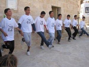 Beim Tanz: Palestinensische Jugendliche tanzen Debkah