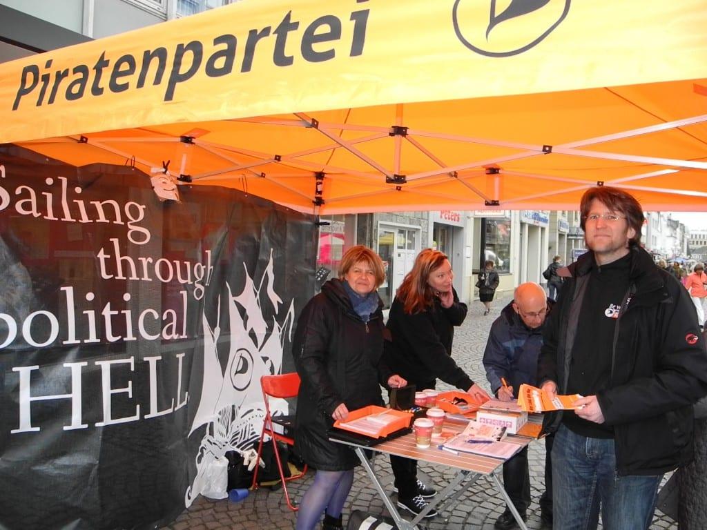 In Gladbachs Fußgängerzone sammelten die Piraten Unterschriften, die notwendig für die Zulassung zur Landtagswahl sind.