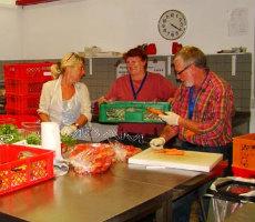 Mitarbeiter der Tafel sortieren Lebensmittel. Foto: Evelyn Barth