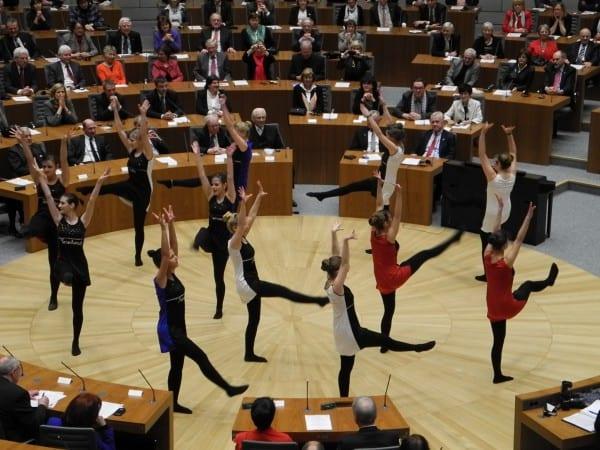 Die Tänzerinnen des DBG im Plenum des Landtags