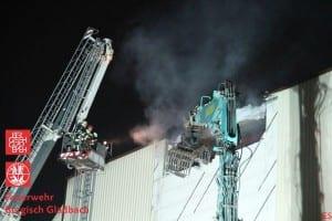 Feuerwehrleute bekämpfen das Feuer vom Teleskopkran aus