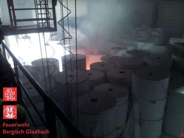 Blick in das brennende Papierlager