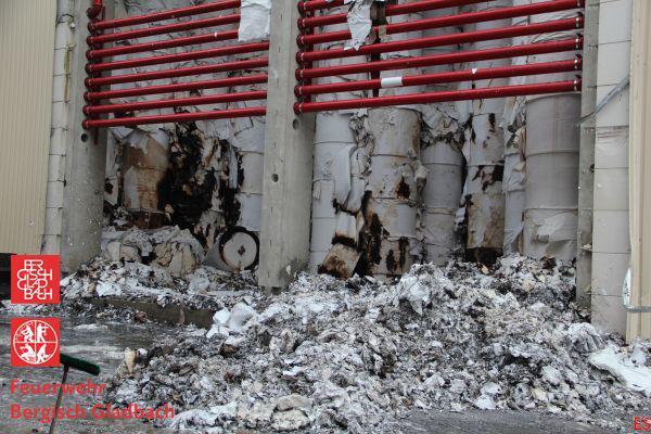 Der Durchbruch: Papierrollen hinter der geöffneten Wand