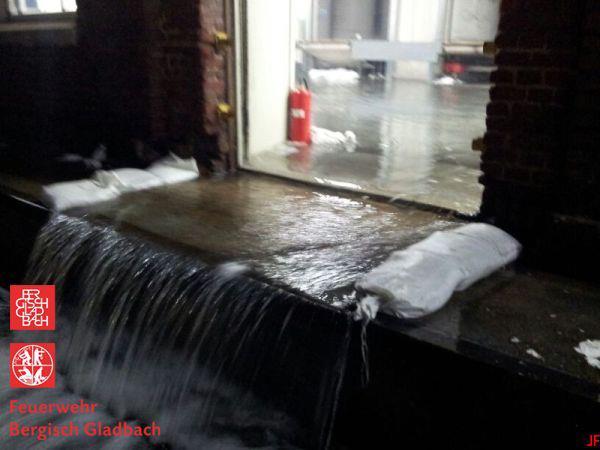 Gewaltige Wassermengen werden in die Lagerhalle gepumpt