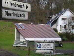 Eine Solaranlage auf dem Dach des Hühnermobils sorgt für Licht in der dunkleren Jahreszeit.