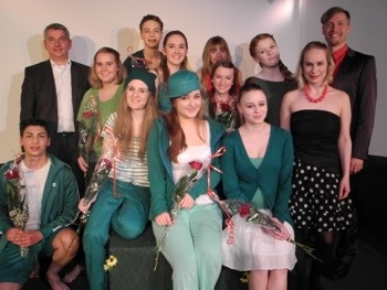 """Das """"Junge Ensable"""" der Theas Theaterschule nach der Premiere.  Alle waren erleichtert, denn das Stück kam sehr gut an."""