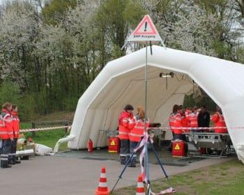 """In einem Zelt wurden die """"Verletzten"""" versorgt"""