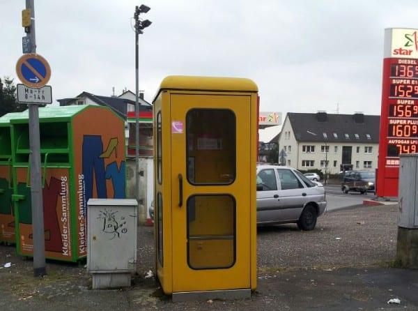 Ein Exemplar in schmucker Umgebung: Die Telefonzelle in Katterbach. Foto: Claudia Pick
