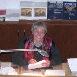 Annelis Griebler im Foyer der Villa Zanders. Foto: Helga Niekammer