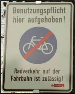 In Köln werden Auto- und Radfahrer darauf hingewiesen, dass Radwege nicht mehr benutzt werden müssen