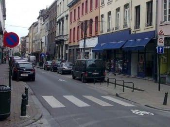 """Fahrradpiktogramme auf der Straße sind oft besser als schmale Radwege """"Schutzstreifen""""."""