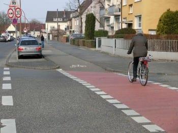 Nicht_benutzungspflichtiger_Radweg_in_Koeln_Duennwald