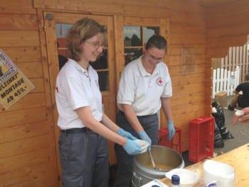Die Bergischen DRK-Helfer versorgten die Helfer von THW und Feuerwehr mit warmen Malzeiten. Foto: WSA