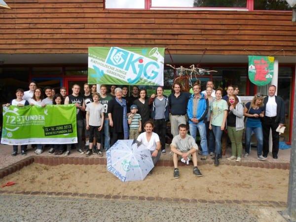 Gruppenbild der KjG Hand, der Pfarrjugend Paffrath, den Jusos RheinBerg mit ihrem Paten Michael Zalfen und Cat Ballou