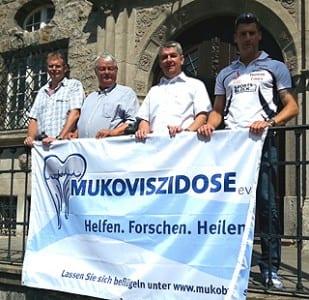 Lutz Urbach ( 2.vl.) unterstützt die Veranstaltung.