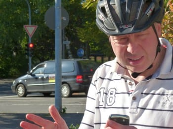 07_Notiz_im_Blackberry_und_natuerlich_mit_Helm