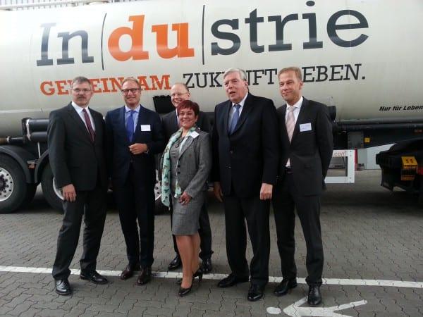 Willibert Krüger (2.v.r.) mit Ulrich Soénius (IHK), Paul Bauwens-Adenauer (IHK), Fred Busen (Polytron), Marlene Weiner (Norwe) und einem weiteren Teilnehmer (v.r.)