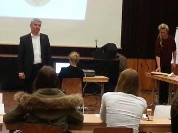 Lutz Urbach in der Aula der Realschule im Kleefeld