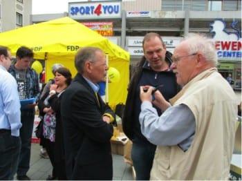 Peter Ludemann (l.) im Wahlkampf