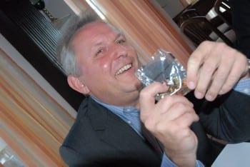 Martin Haase hat zum Stammtisch ein Tütchen Euro mitgebracht.