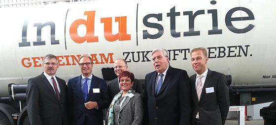 Willibert Krüger mit Vertretern der regionalen Industrie