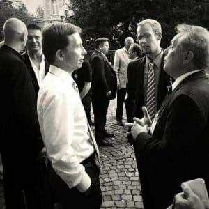 AfD-Sprecher Bernd Lucke (l.) mit Bezirkschef Daniel Obst und Direktkandidat Martin Haase vor dem Bergischen Löwen