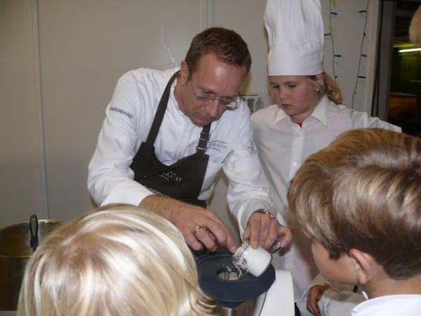 Nils Henkel schmeckt die Suppe ab