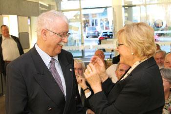 Ingrid Koshofer verleiht Hans Leonhard Brenner die Ehrennadel