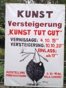 """Vor der Villa Zanders kündigt ein großes Plakat die Benefiz-Veranstaltung """"Kunst tut gut"""" an."""