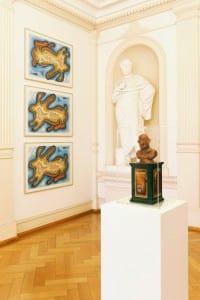 Werke von Dieter Roth in der Villa Zanders. Sockel: Der Ped. Selbstporträt zwischen Löwe und Pudel. ) An der Wand: Ein gerissener Hase. Foto: Michael Wittassek