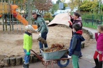 Unter dem Laub der Sand: Schwerstarbeit in Bensberg