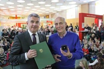 Lutz Urbach überreicht Klaus Heider (r.) die Ehrennadel in Silber