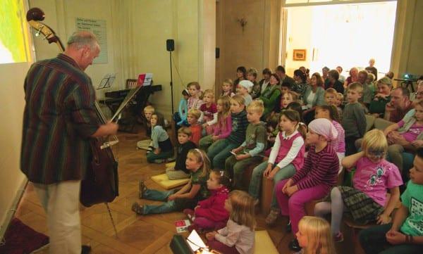 Klaus Heider zieht die Kinder in den Bann der Musik. Villa Zünders