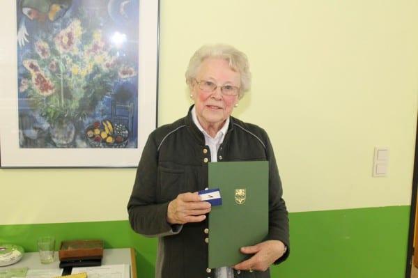 Maria Anna Niesen mit der Urkunde
