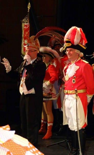 Alexander Pfister, Präsident der KG Grosse Gladbacher, mit Prinzengardist Lutz Urbach