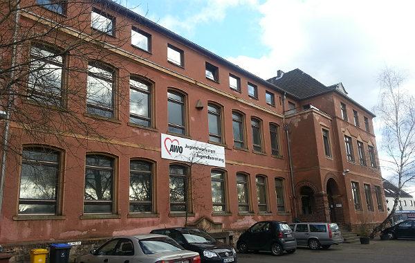 """Die """"Rote Schule"""" in Heidkamp."""