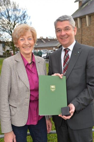 Hilde Beyelschmidt mit Bürgermeister Lutz Urbach