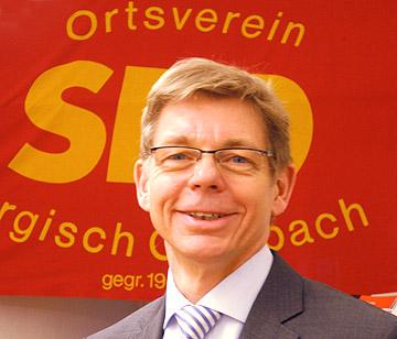 Michael Schubek vor der Parteifahne