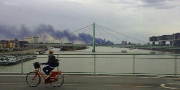 Brand in Godorf, gesehen von der Deutzer Brücke