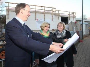 Frank Donsbach erläutert Frau Hausdörfer und Frau Golkowski den Neubau.