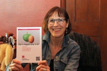 Michaela Fahner mit der Broschüre