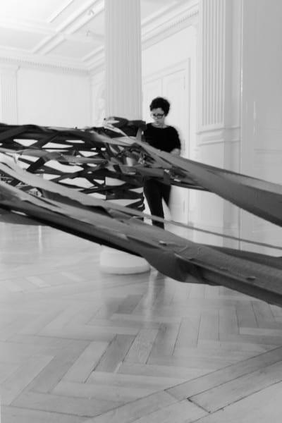 """© Michael Wittassek / Monika Grzymala, Aufbau der Raumzeichnung """"Meteorit"""", 2014, Klebeband Foto: Michael Wittassek, Bergisch Gladbach"""