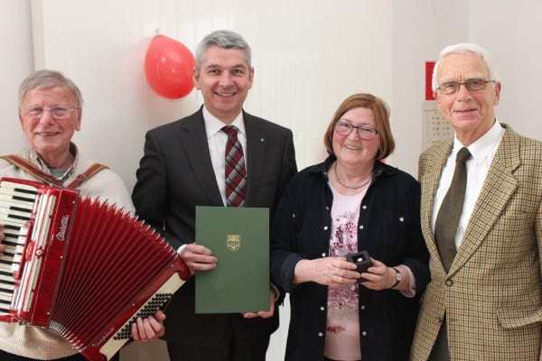 """Ursula Kolloch mit (v.l.) Seniorenkreis-Leiter Theo Barzen, Bürgermeister Lutz Urbach und """"Überraschungsgast"""" Winfried Bergen"""