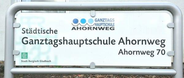 Eingang der Ganztagshauptschule Ahornweg