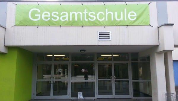 Noch sind die Schilder der neuen Schule am Ahornweg nur provisorisch.